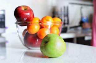 Как правильно есть фрукты: с кожурой или без?