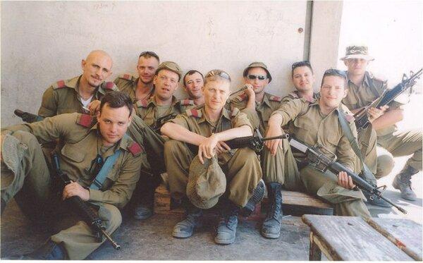 Эти солдаты из спецназа складами не заведовали. Правда, и солдаты не российские. Просто не нашел фотографий сверхсрочников с красными лычками.