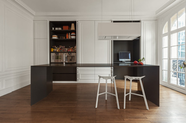 Стильный интерьер просторной светлой кухни.