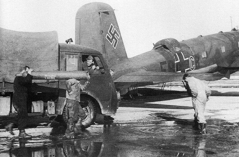 Наземный персонал обслуживает немецкий 4-хмоторный многоцелевой самолёт Fw-200 Великая Отечественная Война, архивные фотографии, вторая мировая война