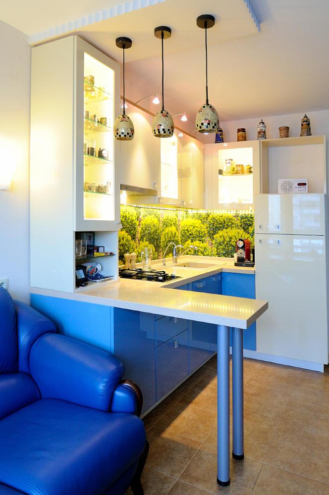Кухня/столовая в цветах: Бежевый, Коричневый, Светло-серый, Фиолетовый. Кухня/столовая в стиле: Минимализм.