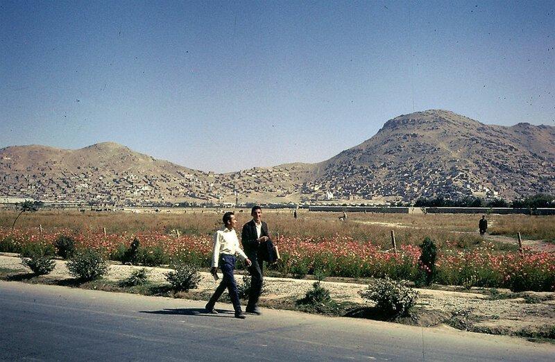 Молодые афганцы на фоне впечатляющих пейзажей афганистан, жизнь, кабул, мир, прошлое, фотография, фотомир