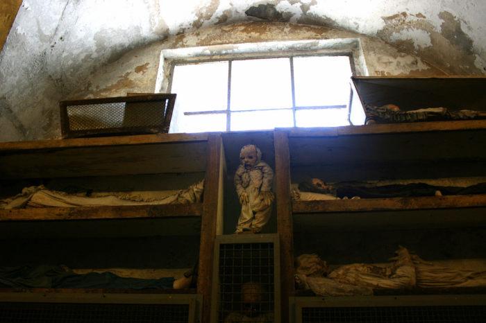 Всего здесь захоронено порядка 8000 человек. / Фото: www.atlasobscura.com