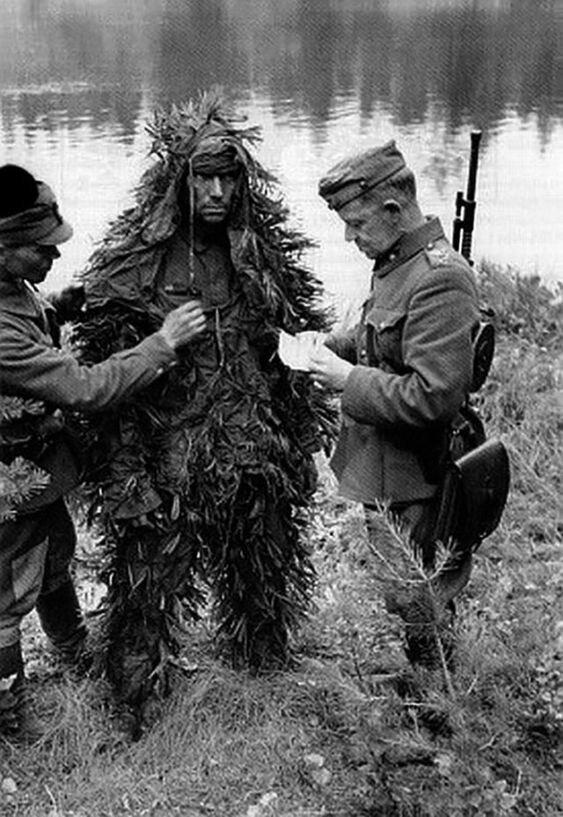 Постановочное фото, имитирующее задержание финнами советского разведчика. Эссойла, 25 августа 1941 г. Великая Отечественная Война, архивные фотографии, вторая мировая война