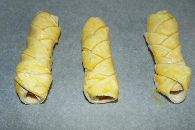 Как завернуть сосиску в слоеное тесто косичка