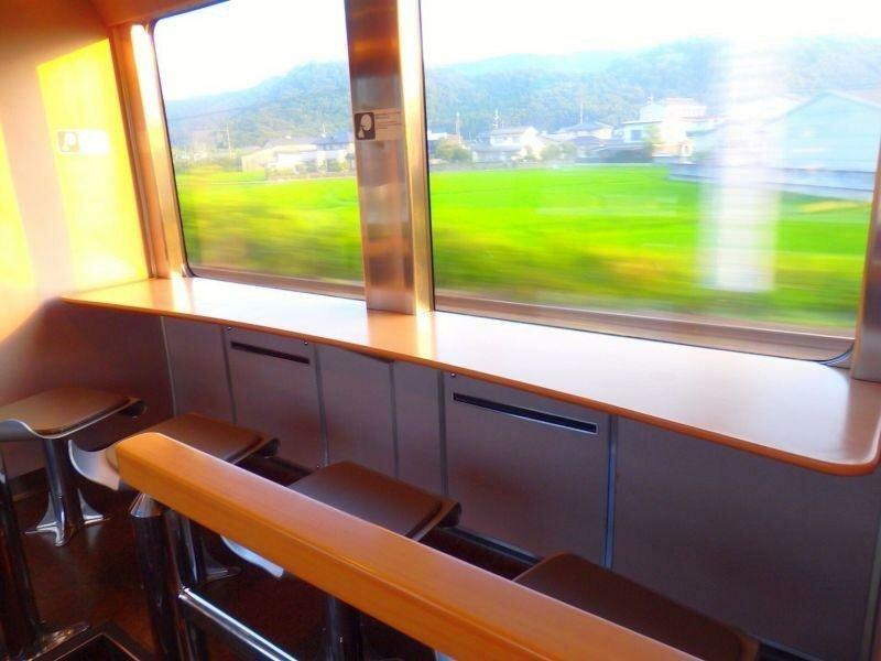 Также в вагоне предусмотрены места отдыха с большими окнами, где можно наслаждаться прекрасным видом в мире, комфорт, поезд, ретро, япония