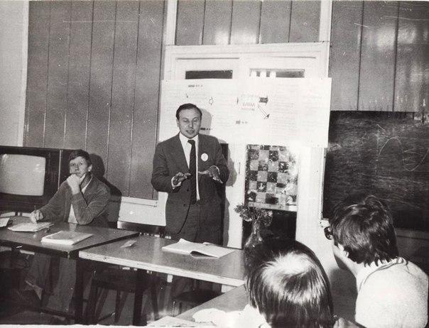Егор Гайдар и Анатолий Чубайс на семинаре молодых экономистов, прошедшем на базе отдыха «Змеиная Горка» под Ленинградом в 1986 году.