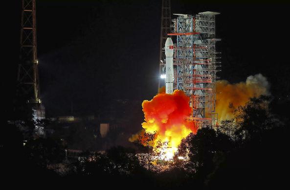 Китай запустил первый зонд к темной стороне Луны