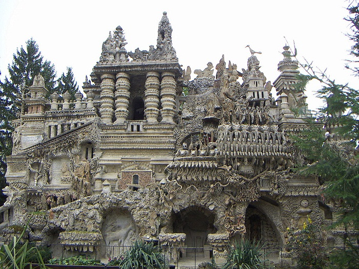 Фасад «Идеального дворца».