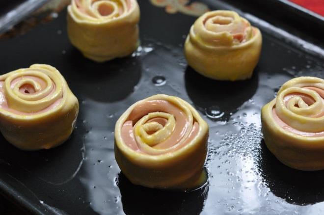 Как завернуть сосиску в слоеное тесто розочки яйцо