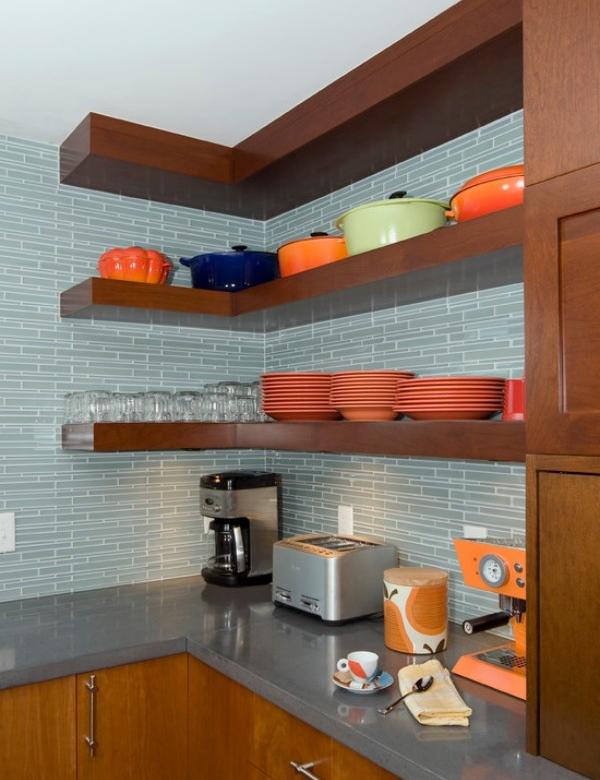 Плавающие угловые полки в интерьере кухни