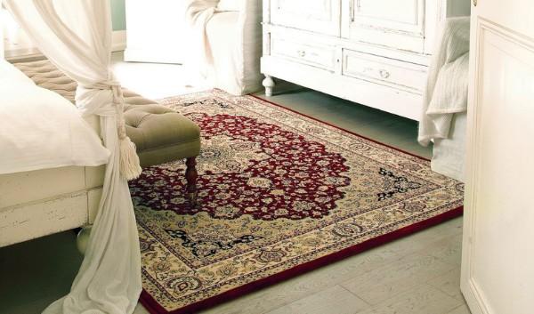 красный ковёр на полу цветной спальни