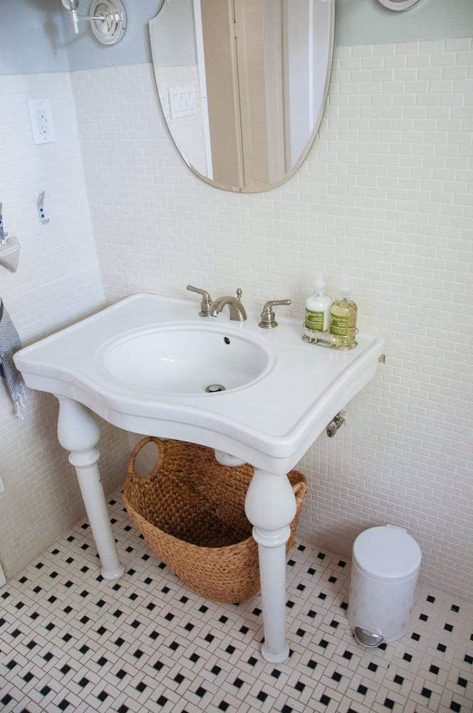 Элегантный интерьер ванной - белая раковина в винтажном стиле