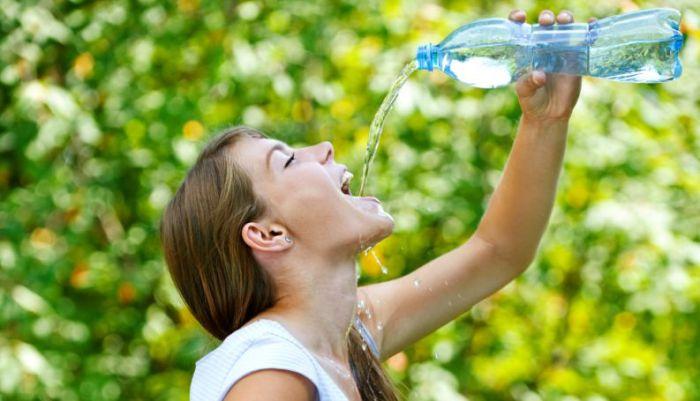 Многие медики и борцы за здоровый образ жизни утверждают, что надо пить 8 стаканов воды в день, и ни каплей меньше. /Фото: static.vix.com