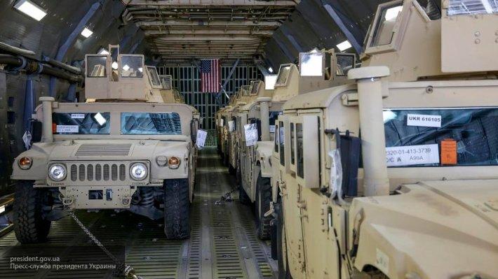 Американские военные оконфузились, промахнувшись при сбросе броневика с самолета
