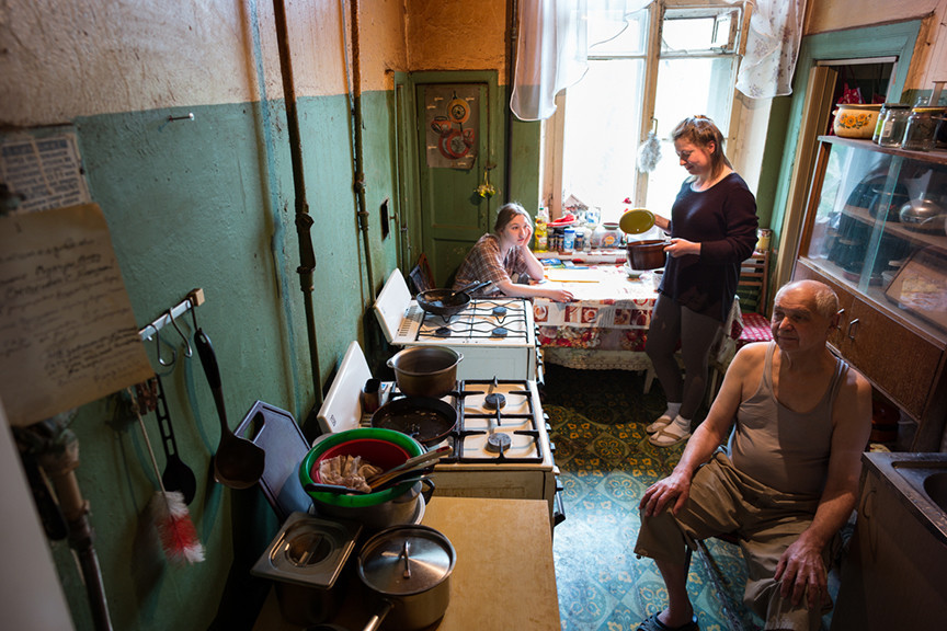 Дрочат члены секс соседей в коммунальной квартире по русски банные порнографические картинки