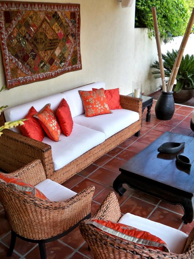 Настенный ковер отлично дополнят интерьер патио, выполненный в восточном стиле