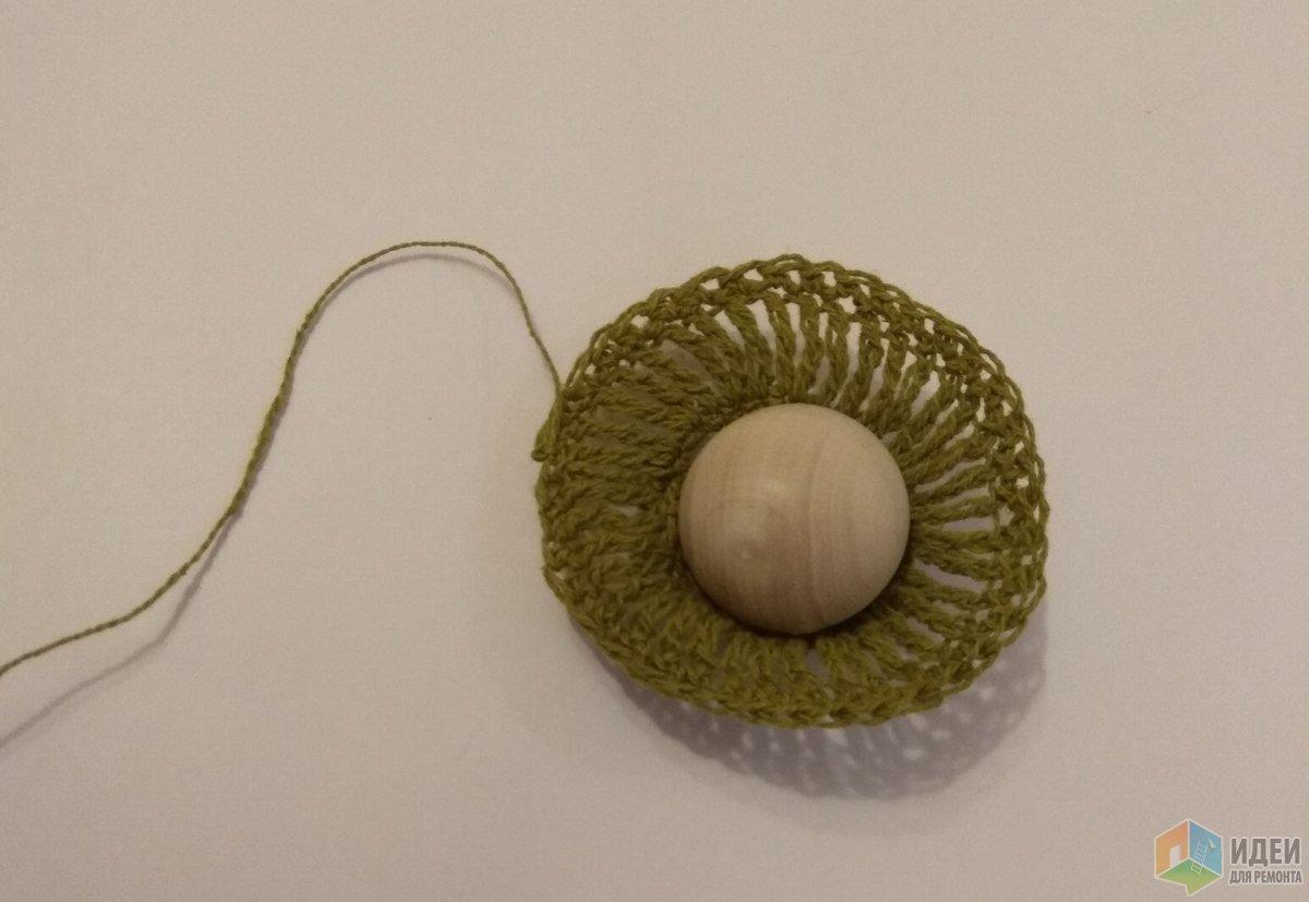Шапочка - столбики с двойным накидом, обязывается по кругу.