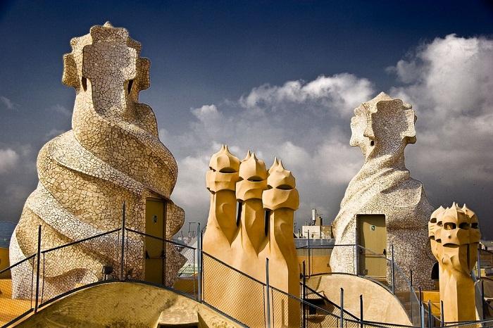 Сказочные скульптуры украшают дымоходы и шахты лифтов (Casa Milа).