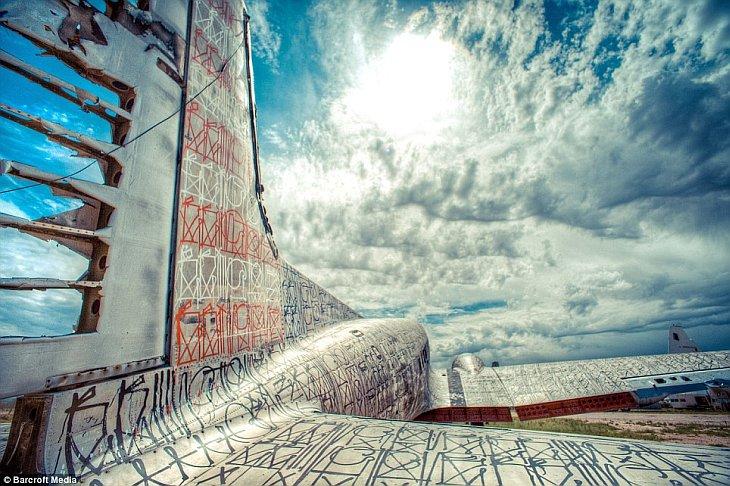Граффити на кладбище самолетов в пустыне Аризоны