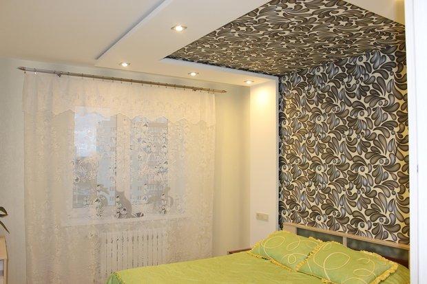 Спальня: подсветка и обои - на стене и потолке