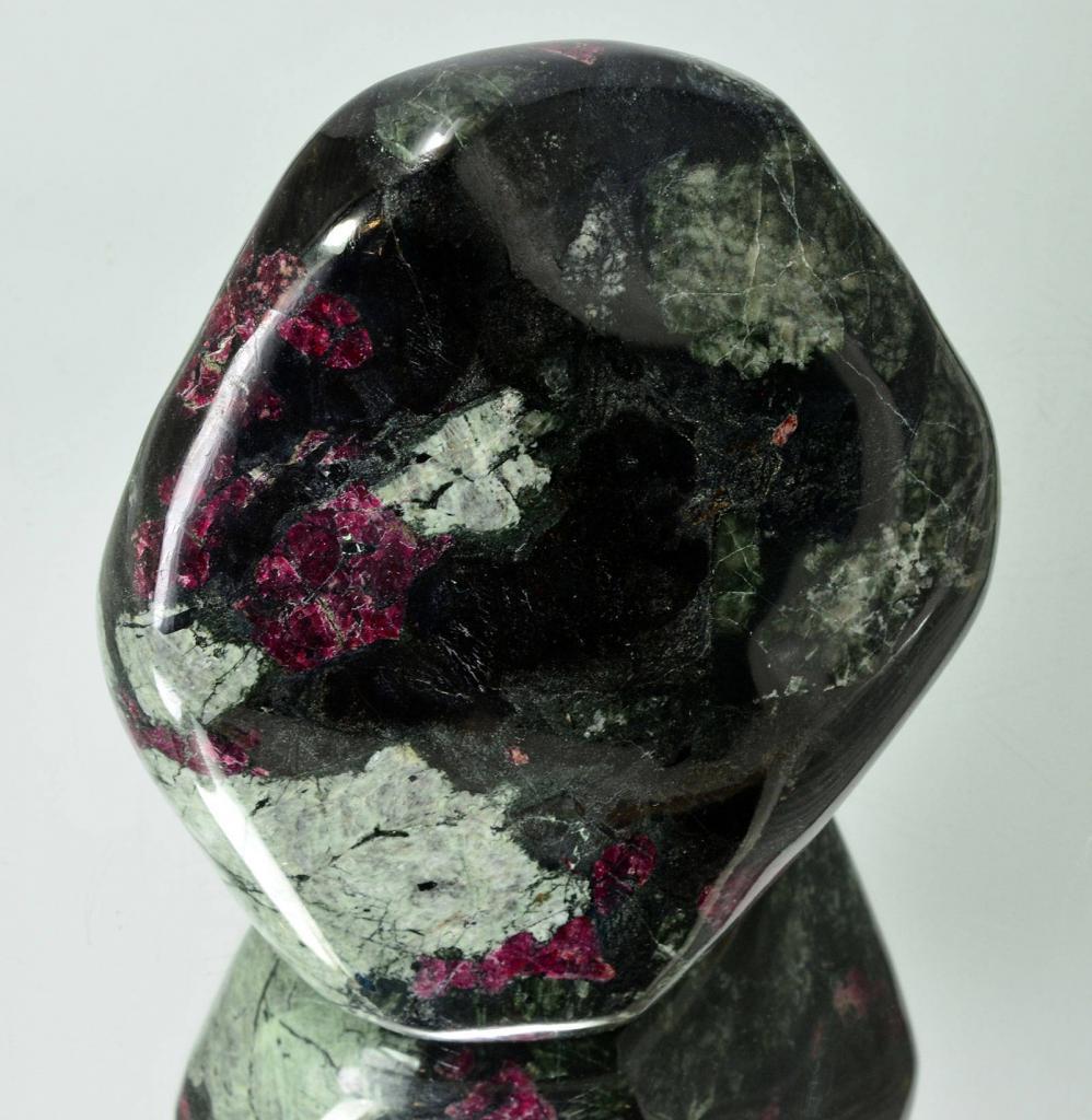 Камень эвдиалит: магические свойства