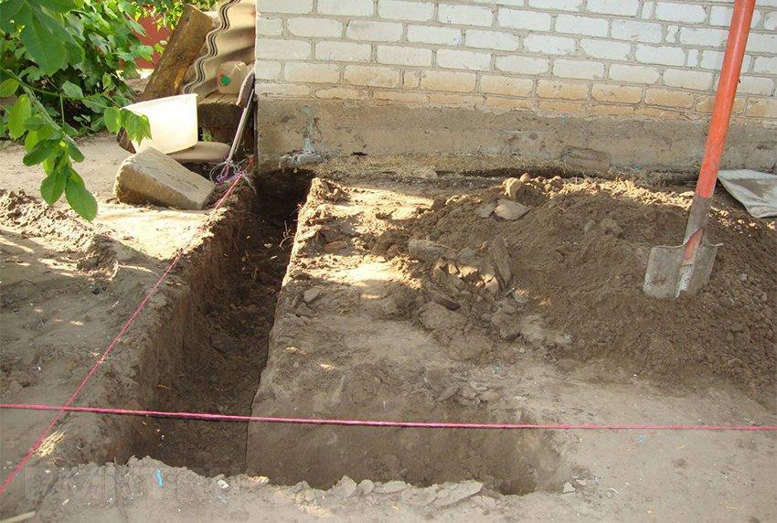 Монтаж стропил осуществляется так же, как и у обычной крыши, однако необходимость соединения кровли с крышей дома порождает ряд особенностей этой работы.