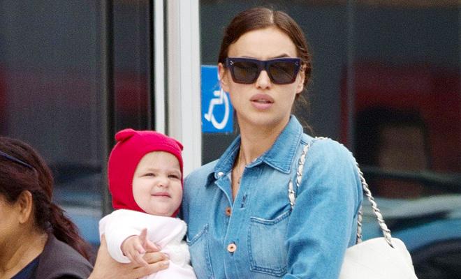 Ирина Шейк прогулялась с дочерью в Лос-Анджелесе после выпуска первой авторской коллекции одежды