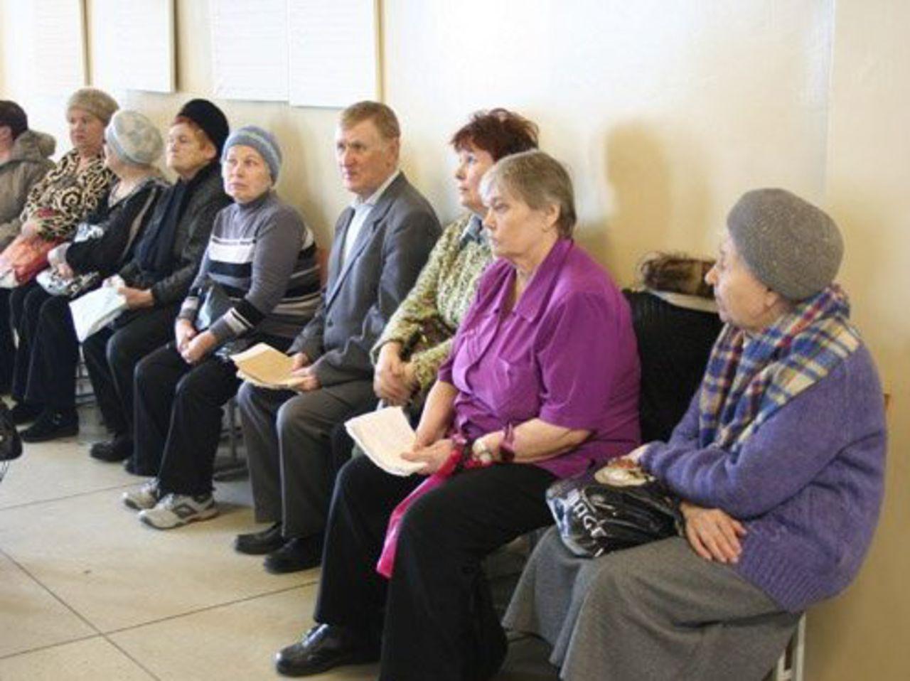 Мы, пенсионеры, опять лишние... теперь в поликлиниках мешаем...