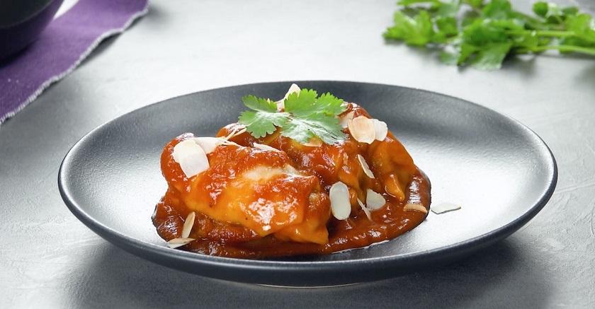 Рулетики с фаршем и томатным соусом в одной посуде: вкусный ужин