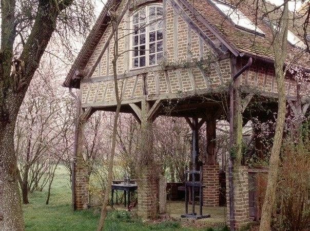 Потрясающий дом в лесу