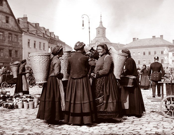 Женщины на рынке в Байройте, Германия ХХ век, винтаж, восстановленные фотографии, европа, кусочки истории, путешествия, старые снимки, фото