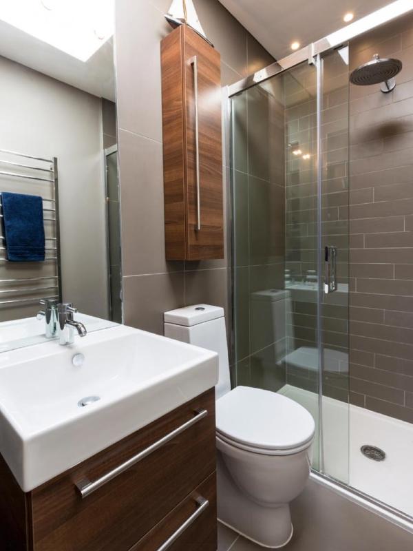 Маленький шкаф в туалете