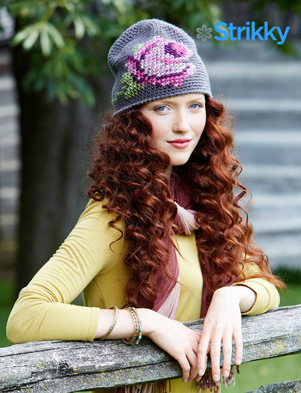 Стильная шапка с вышитой розой