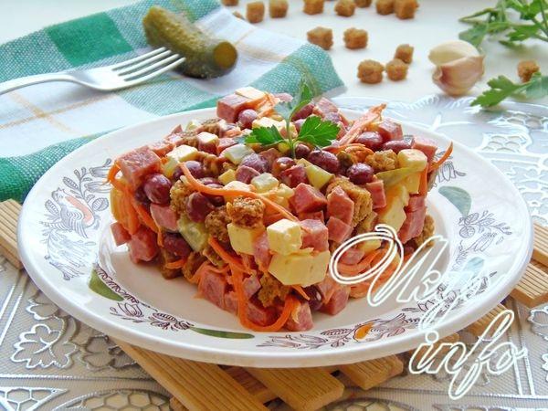 """Салат """"Обжорка"""" с копченой колбасой, фасолью и солеными огурцами"""