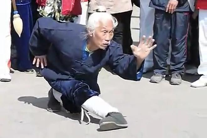 Кунг-фу мастер решил показать силу бойцу ММА