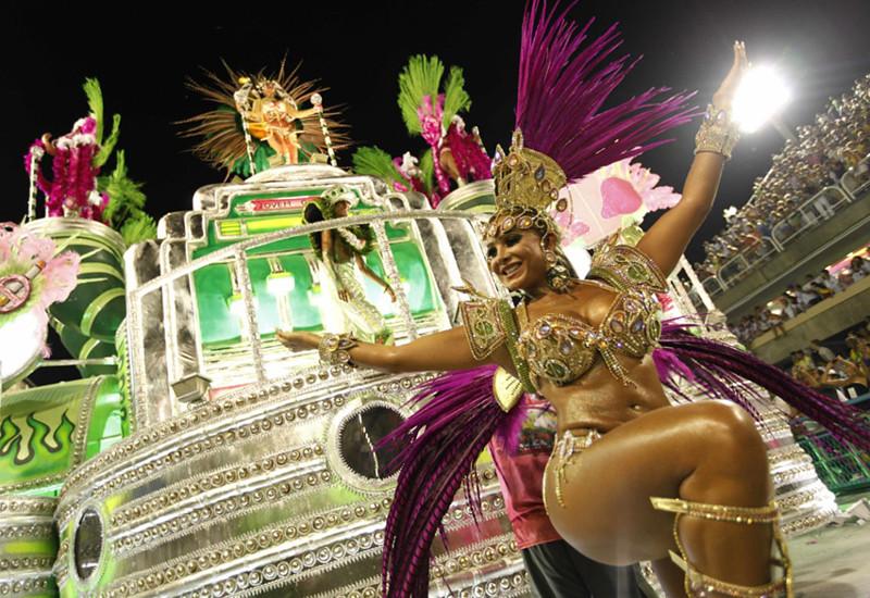 Зрелые женщины на карнавале