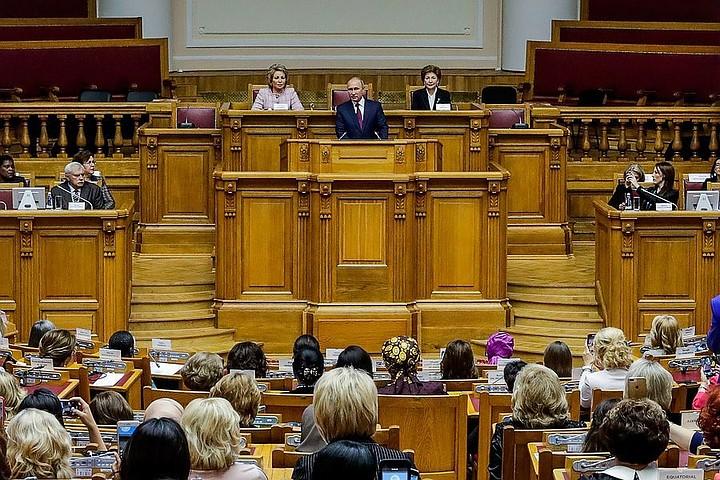 Путин призвал устранить стереотипы и карьерные ограничения в отношении женщин