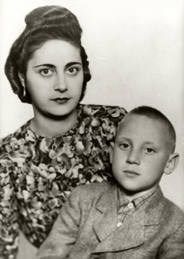 С отцом и мачехой Евгенией, которую мальчуган звал «мамой Женей» Бард, Владимир Высоцкий, актер, знаменитости, интересно, певец, фото