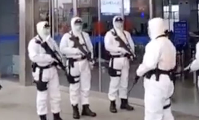 Спецназ в защите и с автоматами: китайские отряды карантина сняли на видео