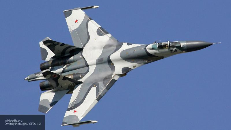 Уникальные кадры маневров истребителя Су-27 между скал в Крыму утекли в Сеть