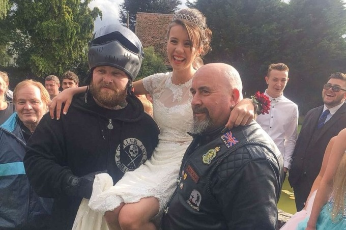 Британская школьница отпраздновала выпускной в компании байкеров и незнакомцев с Фейсбука