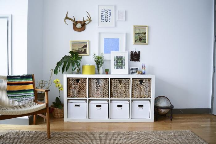 Небольшой стеллаж для хранения деревянных и плетённых ящичков с вещами и различными аксессуарами.