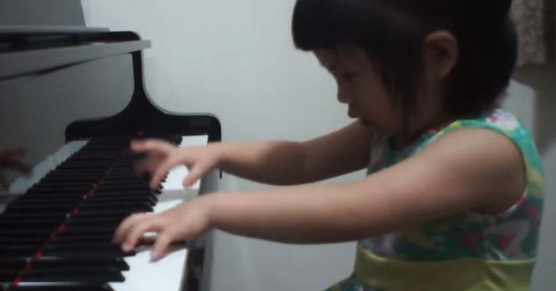 3-летняя девочка садится за пианино. Когда она начинает играть, мама тут же бежит за камерой