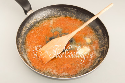 Довольно быстро масло растает и в сковороде будет вот такая неоднородная масса, которая по цвету напоминает ириски