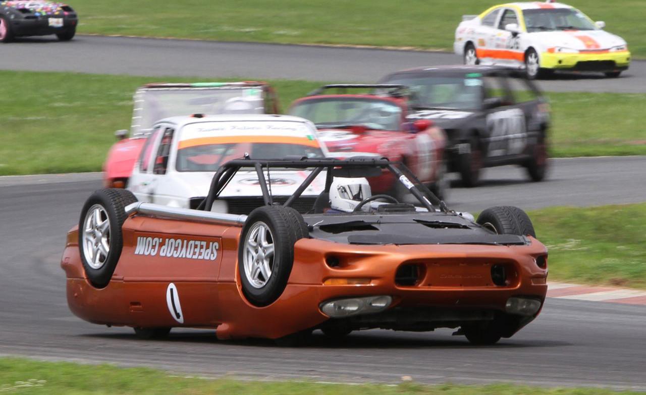 Самый яркий автомобиль - гоночное авто вверх тормашками