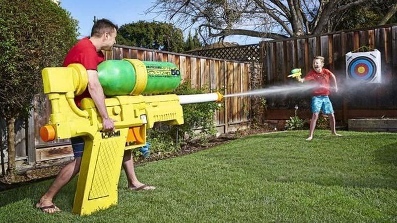 Американец Марк Робер и его команда представили самый большой в мире водяной пистолет, его высота 1,22 м, а длина 2,22 м в мире, гиннесс, животные, люди, рекорд, факты