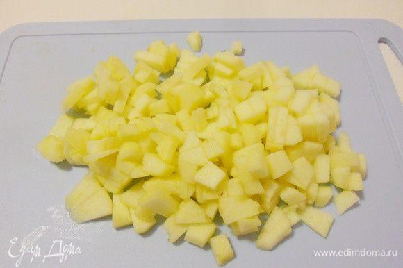 Яблоки помыть, очистить от кожуры, удалить сердцевину и нарезать мелкими кубиками.