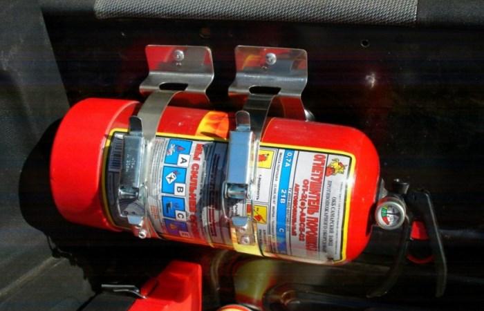 Как правильно держать огнетушитель в машине
