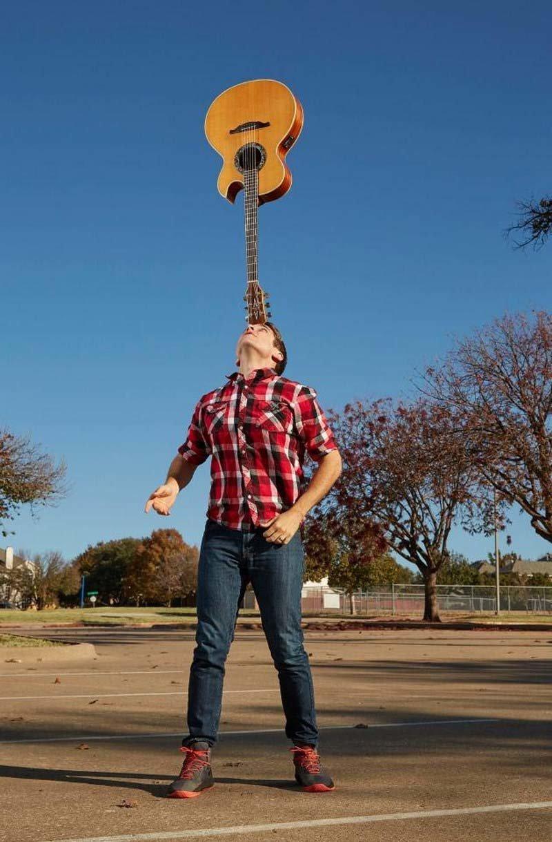 Джошу Хортону из Техаса (США) удалось удержать на своей голове в течение 7 мин. и 3,9 сек. гитару в мире, гиннесс, животные, люди, рекорд, факты